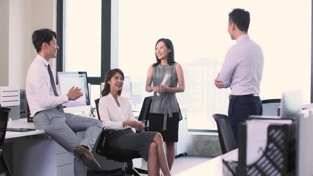 vidéos et rushes de business people talking in office,4k - chemise et cravate