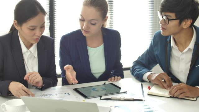vídeos y material grabado en eventos de stock de empresarios hablando sobre proyecto de negocios con equipo - presidente de organización