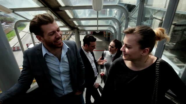 business people talking on escalator - エスカレーター点の映像素材/bロール