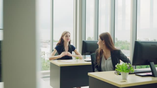 vidéos et rushes de les gens d'affaires parlant, - engagement des employés