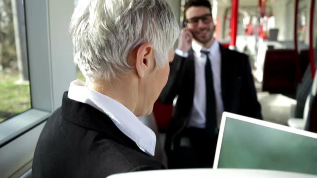 vidéos et rushes de gens d'affaires en utilisant les transports en commun - transports publics