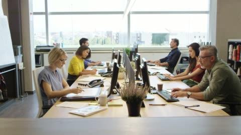 affärs män som använder teknik på kontoret - mellanstor grupp av människor bildbanksvideor och videomaterial från bakom kulisserna