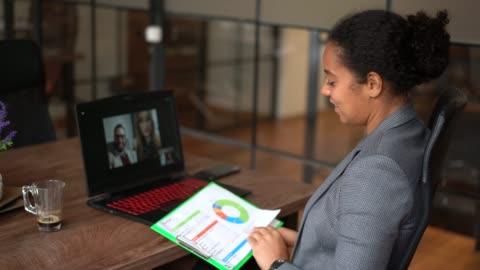 vídeos de stock, filmes e b-roll de conferência de vídeo de pessoas de negócios durante a pandemia covid-19 - videoconferência