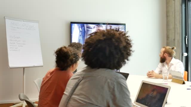 vídeos y material grabado en eventos de stock de business people video conferencing in meeting - conferencia telefonica
