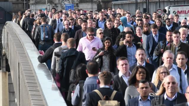 Geschäftsleute, die über London Brücke zu Fuß an einem Frühlingsmorgen arbeiten