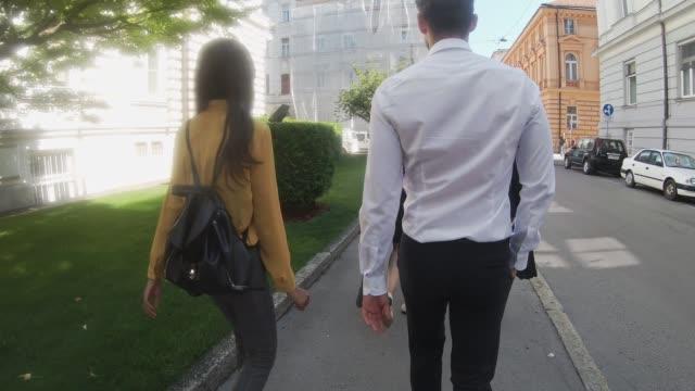 vídeos y material grabado en eventos de stock de gente de negocios caminando en la acera - liubliana