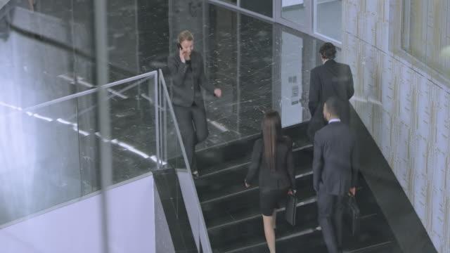TD gens d'affaires marchant dans l'escalier dans le bâtiment d'entreprise