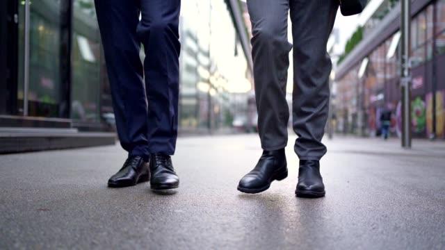 通りを歩くビジネスマン - 革点の映像素材/bロール