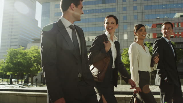 ws ms of business people walking outdoors - geschäftsfrau stock-videos und b-roll-filmmaterial