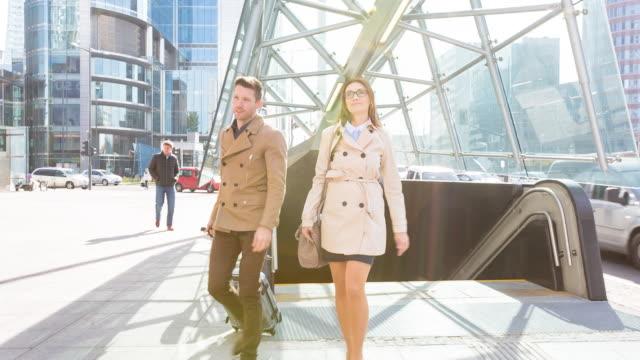 vídeos de stock, filmes e b-roll de ms business people walking outdoors with trolley - passagem subterrânea via pública