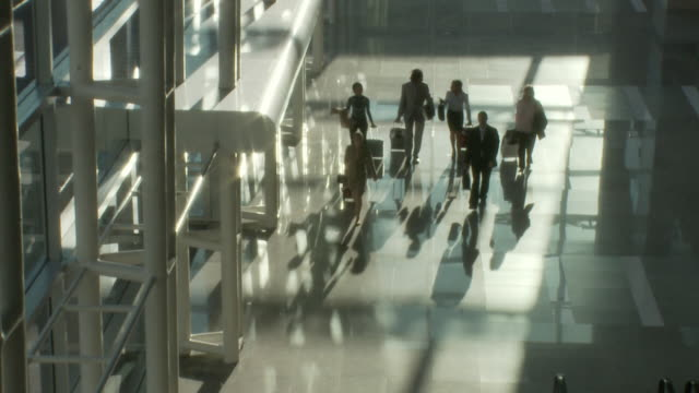 ws ha business people walking through lobby / bangkok, thailand - 玄関ホール点の映像素材/bロール