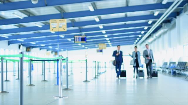 vídeos de stock, filmes e b-roll de business people walking with luggage - mala de rodinhas