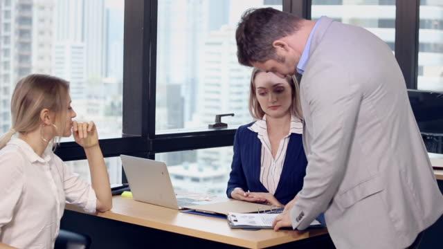 オフィス会議のチームを持つビジネスの人々 - 口論点の映像素材/bロール