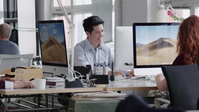 スタートアップオフィスで働くビジネス・マンダ - フリーアドレス点の映像素材/bロール