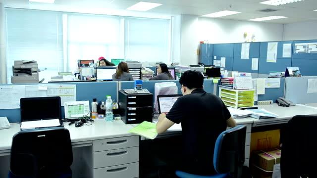 オフィスで働くビジネスマン - 最高経営責任者点の映像素材/bロール