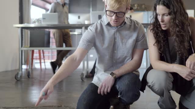 business people working on office floor - korta ärmar bildbanksvideor och videomaterial från bakom kulisserna