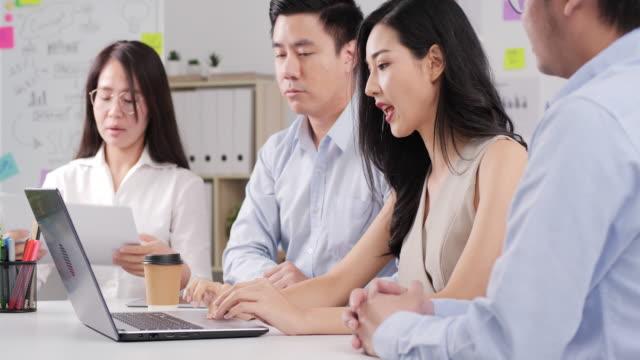 現代のオフィスで一緒に働くビジネスの人々。 - 4人点の映像素材/bロール