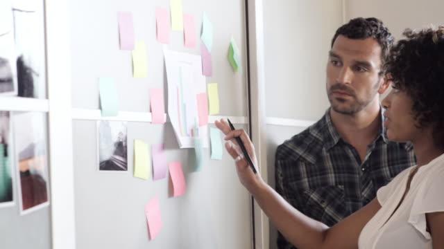 vídeos y material grabado en eventos de stock de business people writing notes on wall - barba de tres días