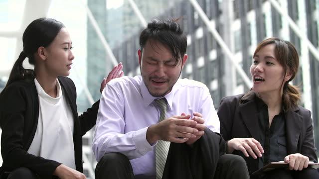 vídeos y material grabado en eventos de stock de gente de negocios. tres alegres empresarios hablar sentado al aire libre. - asia sudoriental