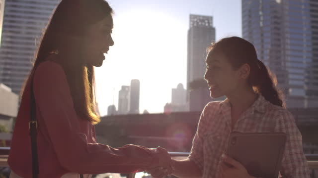 カジュアルな服装で握手を交わすビジネスパーソン - casual clothing点の映像素材/bロール