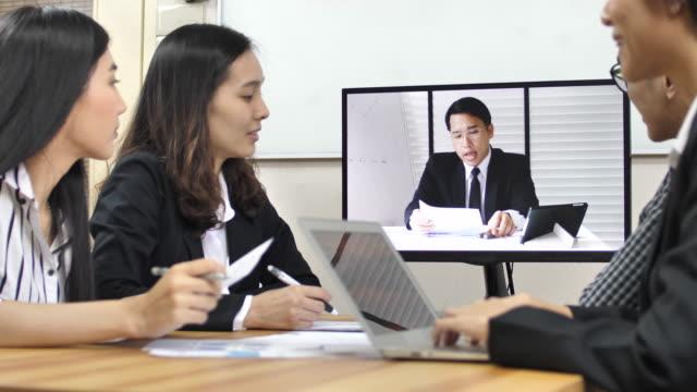 vídeos y material grabado en eventos de stock de persona de negocios en video llamada con el gerente - conferencia telefonica