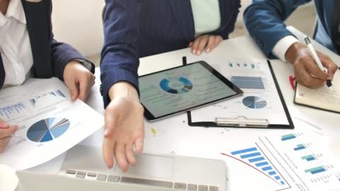 ビジネス人のデスクでタブレット pc のビジネス プロジェクトのグラフ ドキュメントを見直し - paperwork点の映像素材/bロール