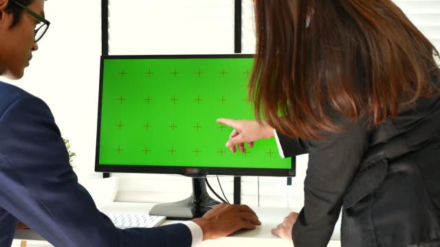 geschäftsperson mit grünem bildschirm computer - computer monitor stock-videos und b-roll-filmmaterial