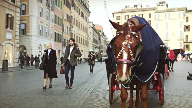 Geschäftsmann zu Fuß auf die Piazza di Spagna in Rom