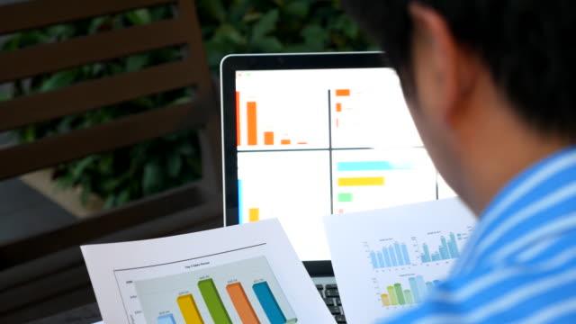 ビジネスラップトップコンピューターで作業者 - 円グラフ点の映像素材/bロール