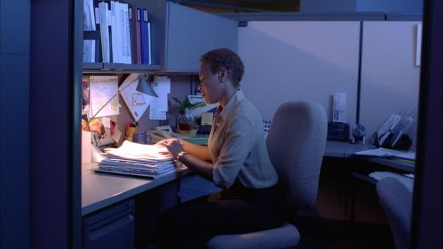 vidéos et rushes de a business professional becomes overwhelmed at work. - stress