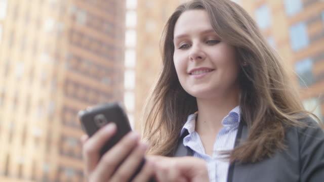 vídeos de stock, filmes e b-roll de profissional de negócios em amsterdã - trabalhadora de colarinho branco