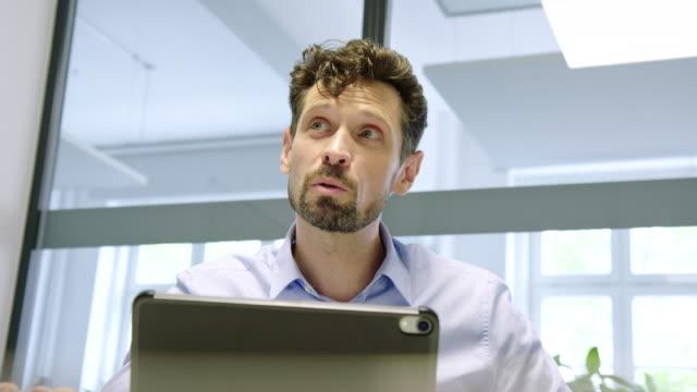 business professional teilt seine ideen in meetings - ethnische zugehörigkeit stock-videos und b-roll-filmmaterial