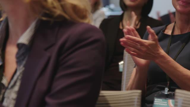 geschäftsleute applaudieren während des seminars - konferenzzentrum stock-videos und b-roll-filmmaterial