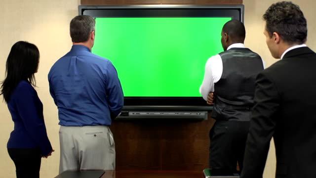 vídeos de stock e filmes b-roll de profissionais de negócios na frente de chroma key monitor - congresso organizações