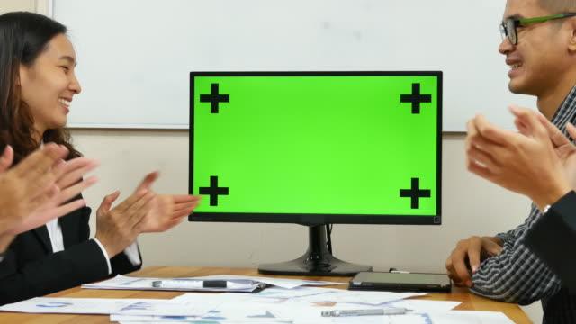 business-profis vor chroma-key-bildschirm - konferenz stock-videos und b-roll-filmmaterial