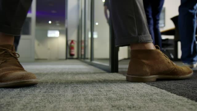 affärsmän som går in i ett styrelserum - golv bildbanksvideor och videomaterial från bakom kulisserna