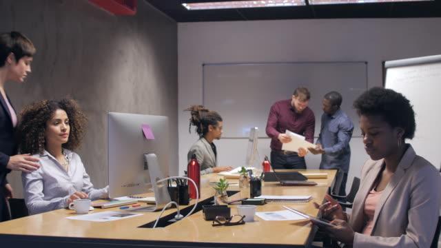 Les professionnels travaillant au comptoir au bureau