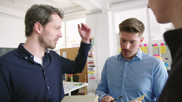 vidéos et rushes de professionnels de l'entreprise travaillant sur un nouveau projet - jeune adulte
