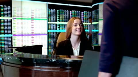 vídeos de stock, filmes e b-roll de recepção de negócios bs de pr - sinalização digital