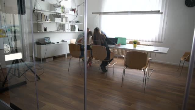 vídeos y material grabado en eventos de stock de estrategia de negocio - compromiso de los empleados