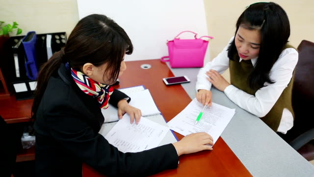 vídeos y material grabado en eventos de stock de ms business talk between financial advisor and client / shanghai, china - business talk frase corta