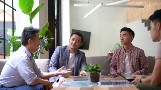 vídeos y material grabado en eventos de stock de charla empresarial en un espacio de coworking - business talk frase corta
