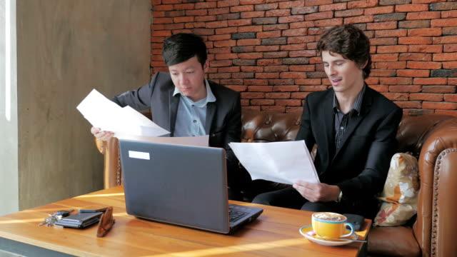 vídeos y material grabado en eventos de stock de habla de negocios asiáticos y american ejecutivos, dolly shot - business talk frase corta
