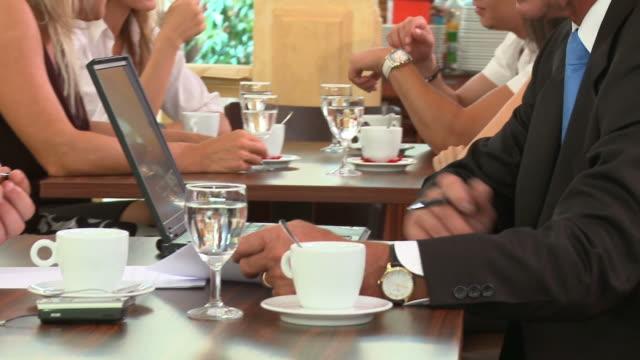 vídeos y material grabado en eventos de stock de dolly hd: habla de negocios - business talk frase corta