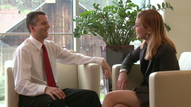 hd: parlare di affari - gambe accavallate video stock e b–roll