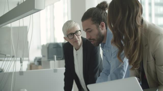 business-gespräche - kurzes haar stock-videos und b-roll-filmmaterial