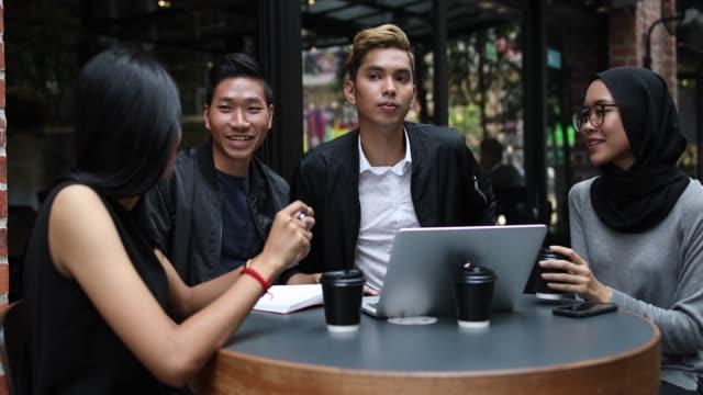 Business-Team-Building im Outdoor-Cafe