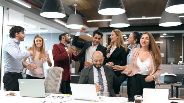 stockvideo's en b-roll-footage met bedrijfs team dat viert - coworker