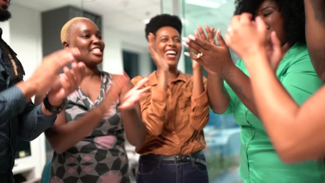vídeos de stock, filmes e b-roll de equipe de negócio que cheering as mãos de junta na aproximação - unidade