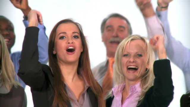vídeos de stock e filmes b-roll de hd câmara lenta: negócios equipa a celebrar - camisa e gravata